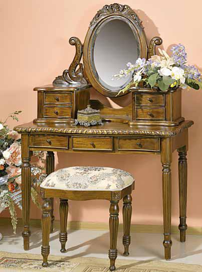 туалетные столики. Столик с зеркалом, который ставится, как правило, в спальную комнату, принято называть туалетным