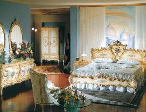 Мебельный гарнитур для спальни VENERE в стиле Барокко