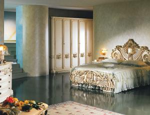 Мебельный гарнитур для спальни во  французком стиле 18-ого века